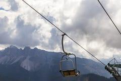 在山的升降椅 图库摄影
