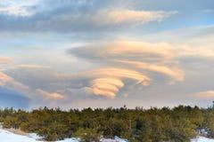 在山的双突透镜的云彩 库存图片