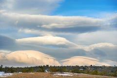 在山的双突透镜的云彩 免版税图库摄影