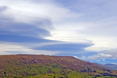 在山的双突透镜的云彩 图库摄影