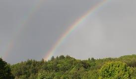 在山的双重彩虹 免版税图库摄影