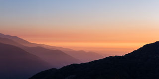 在山的发烟性日落 库存照片