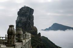 在山的古庙 免版税库存照片
