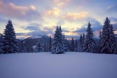在山的史诗冬天日落 免版税库存图片