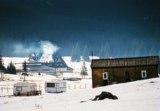在山的基地的冬天童话当中 免版税库存图片