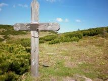 在山的基督徒十字架 免版税库存照片