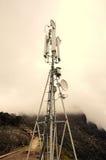 在山的多孔的中继器塔 免版税库存图片