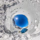 在山的多雪的山峰的蓝色帐篷 一个小的行星的球状360 180全景 库存图片