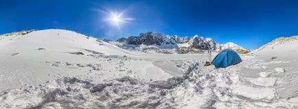 在山的多雪的山峰的蓝色帐篷 圆柱形360全景 免版税库存照片