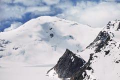 在山的多雪的山峰 免版税库存照片