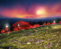 在山的夜自行车童话 库存照片
