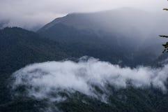 在山的夜间 更加黑暗的天空 覆盖白色 库存照片