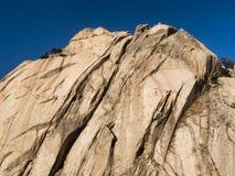 在山的大岩石 免版税图库摄影