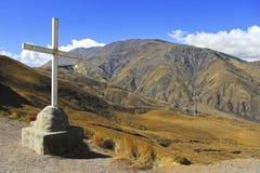 在山的大木十字架 库存照片
