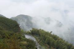 在山的大雾 免版税库存照片