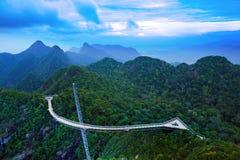 在山的天空桥梁,全景凌家卫岛,马来西亚。 图库摄影