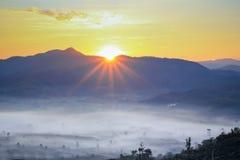 在山的太阳上升 图库摄影