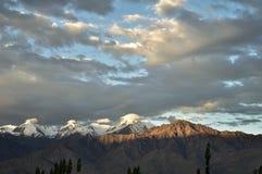 在山的太阳上升 免版税库存照片