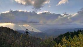 在山的太阳光芒 免版税库存图片