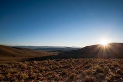 在山的太阳断裂 库存照片