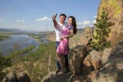 在山的夫妇 免版税库存照片