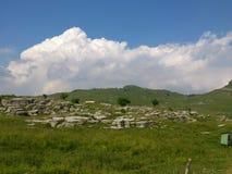 在山的奇怪,但是美丽的岩石在草甸Lessinian中 库存照片