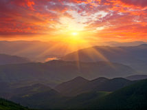 在山的好的日落 库存照片