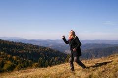在山的妇女跳舞 免版税图库摄影