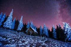 在山的客舱 意想不到的冬天飞星雨和多雪的m 免版税库存照片