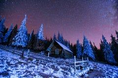 在山的客舱 意想不到的冬天飞星雨和多雪的m 库存照片