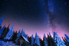 在山的客舱 意想不到的冬天飞星雨和多雪的m 图库摄影