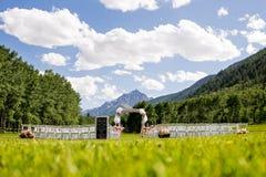 在山的室外婚礼 免版税库存照片