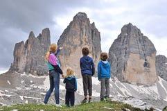 在山的家庭 免版税库存图片