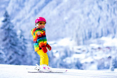 在山的小女孩滑雪 免版税图库摄影