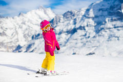 在山的小孩滑雪 库存照片