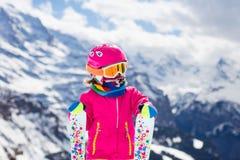 在山的小孩滑雪 免版税库存图片
