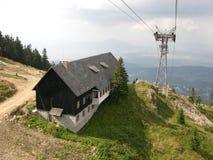 在山的小屋 免版税库存照片