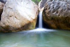 在山的小河在最低水位期间 图库摄影
