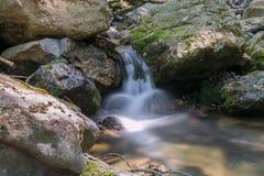 在山的小河 库存图片