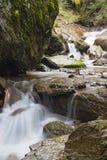 在山的小瀑布劈裂 免版税图库摄影