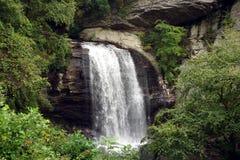 在山的小瀑布 免版税库存图片