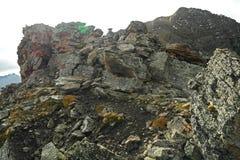 在山的岩石峭壁带 免版税图库摄影