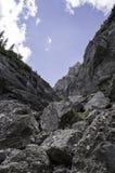 在山的岩石足迹在夏天 免版税库存照片