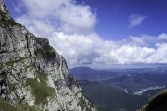 在山的岩石足迹在夏天 库存照片