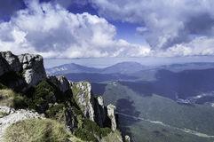在山的岩石足迹在夏天 免版税图库摄影