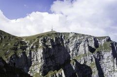 在山的岩石足迹在夏天 免版税库存图片