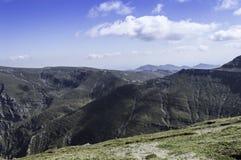 在山的岩石足迹在夏天 库存图片