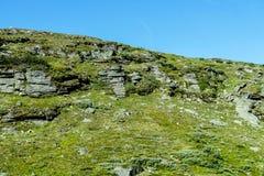 在山的岩石,在瑞典斯堪的那维亚北部欧洲 免版税库存图片