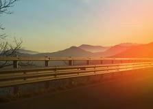 在山的巨大日落与雾 库存照片