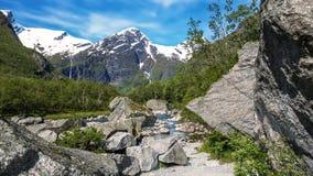 在山的巨大的石头 免版税库存图片